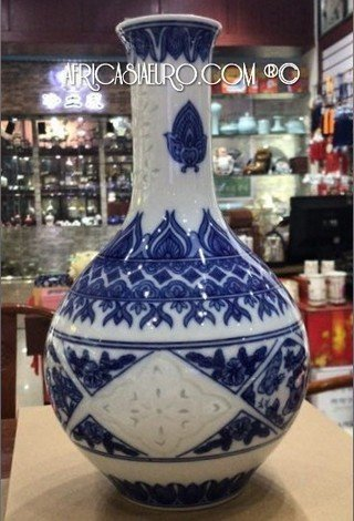 Traditional wine jar shaped hand painted blue on white porcelain vase MAO era